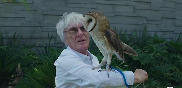 Bernie Ecclestone mostra sua coruja durante gravação em sua mansão no Brasil - Sky Sports/Reprodução