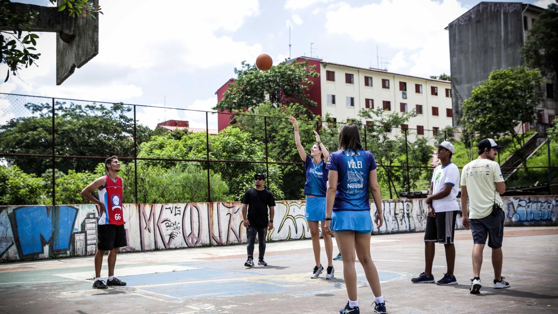 Sérvias jogam basquete na comunidade