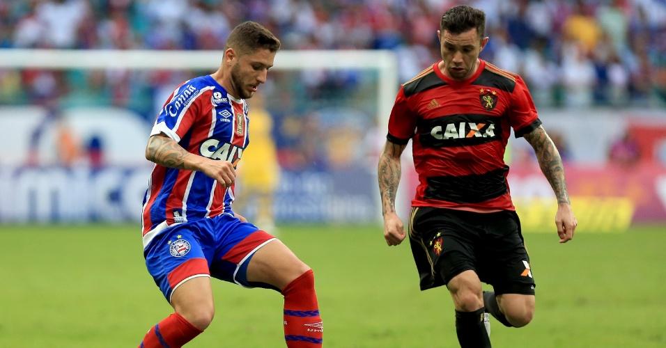Zé Rafael e Mena disputam a bola em lance de Bahia x Sport