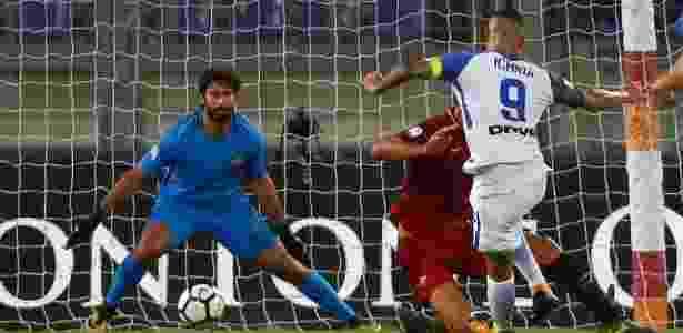 Mauro Icardi chuta para superar Alisson e marcar seu segundo gol na vitória da Inter sobre a Roma - ALESSANDRO BIANCHI/REUTERS
