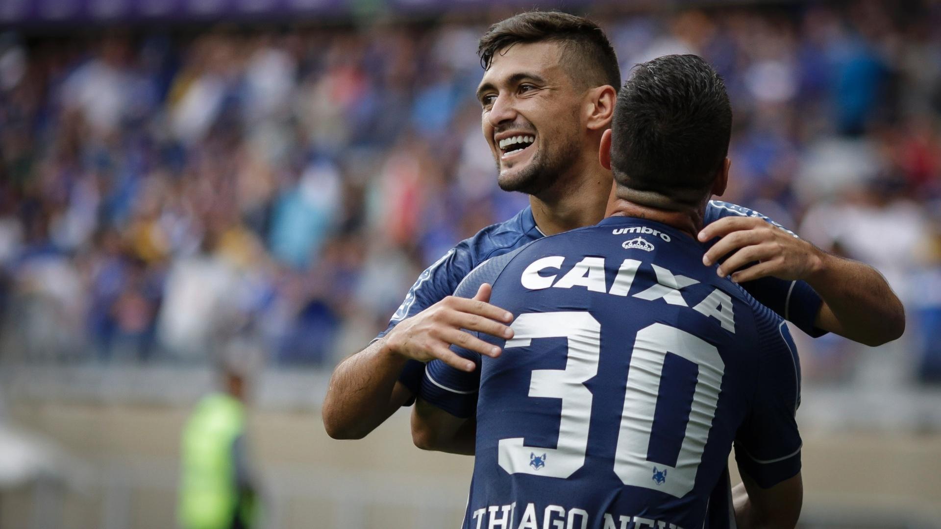 De Arrascaeta comemora gol do Cruzeiro contra o Atlético-PR