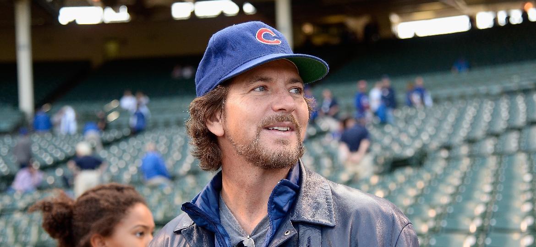 O cantor Eddie Vedder no Wrigley Field antes de jogo do Chicago Cubs - David Banks/Getty Images