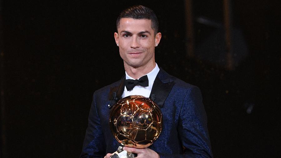 """Cristiano Ronaldo segura a quinta Bola de Ouro de sua carreira - Franck Faugere/L""""Equipe/AFP"""