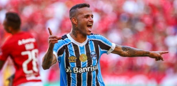 O atacante Luan comemora o segundo gol anotado no Gre-Nal, no Beira-Rio