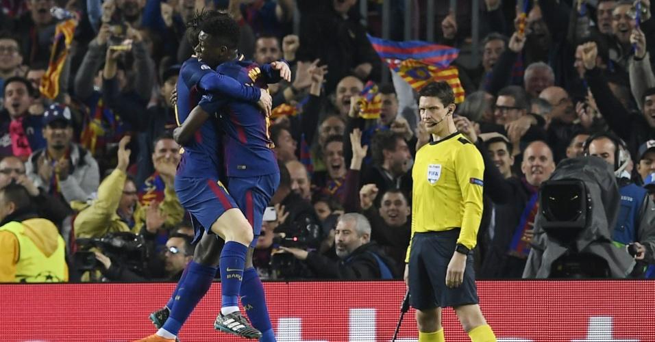 Messi deu o passe para Dembélé marcar. Eles celebraram juntos o segundo gol do Barcelona.