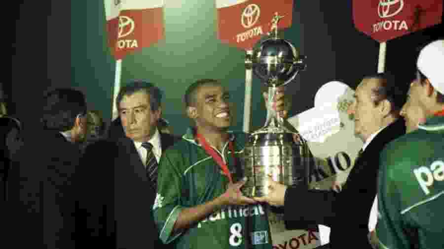 César Sampaio levanta a taça do Palmeiras campeão da Libertadores em 1999 - Folhapress