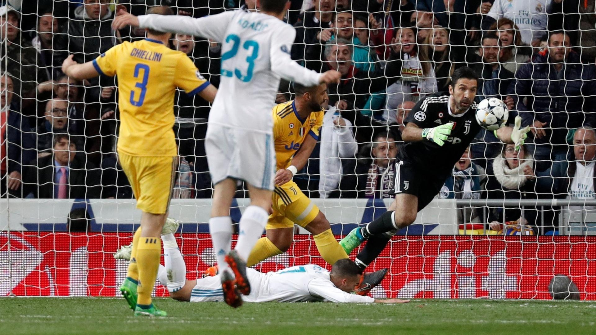 Benatia derruba Lucas Vazquez na área no fim do jogo entre Real Madrid e Juventus