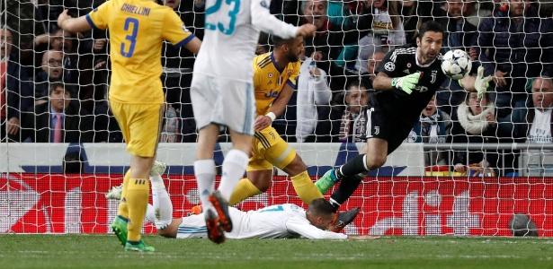 Vazquez cai na área após contato de Benatia, e árbitro marca pênalti