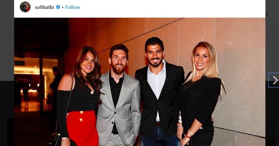 Messi e Suárez posam para foto durante festa pelo título do Barça no Espanhol