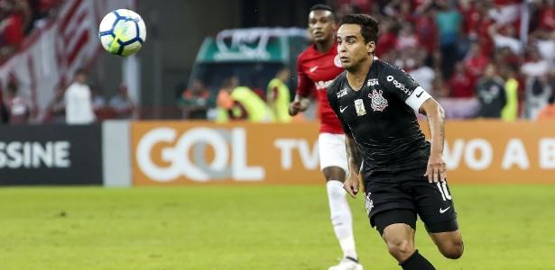 Jadson em ação contra o Inter: em maio, Corinthians já perdeu dez jogos no ano