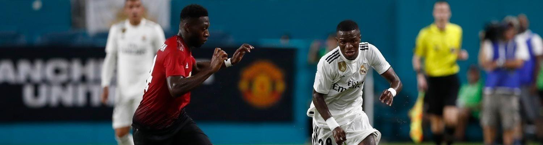 Vinícius Jr. encara a marcação durante amistoso do Real Madrid contra o Manchester United