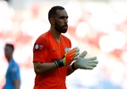 Torcedor pede camisa a Claudio Bravo e ganha casa do goleiro chileno - REUTERS/Phil Noble