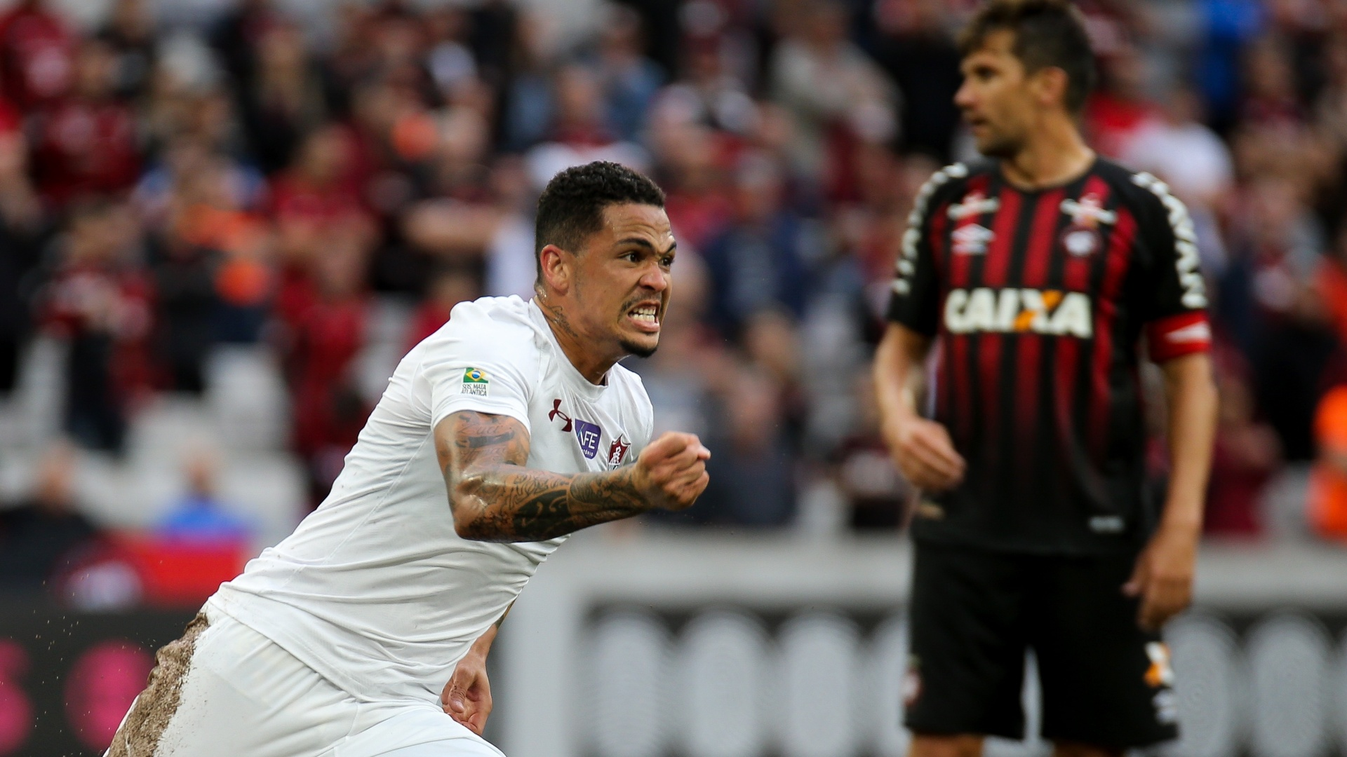O atacante Luciano comemoram gol do Fluminense diante do Atlético-PR