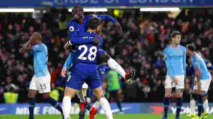 Kante comemora com Azpilicueta o gol marcado pelo Chelsea contra o Manchester City - REUTERS/Eddie Keogh