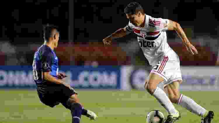 Hernanes encara marcação argentina contra o Talleres na Libertadores - Daniel Vorley/AGIF - Daniel Vorley/AGIF