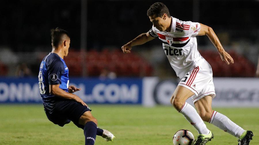Hernanes encara a marcação do Talleres durante a eliminação do São Paulo - Daniel Vorley/AGIF