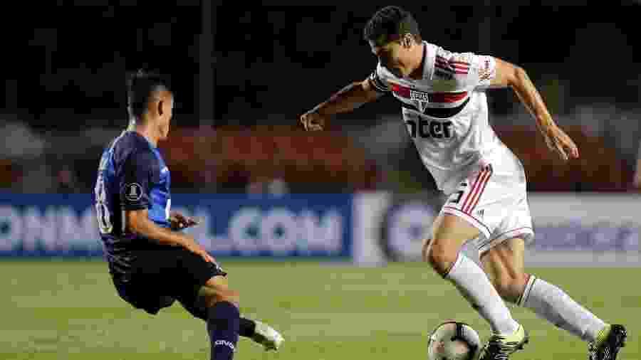 Hernanes encara marcação argentina contra o Talleres na Libertadores - Daniel Vorley/AGIF