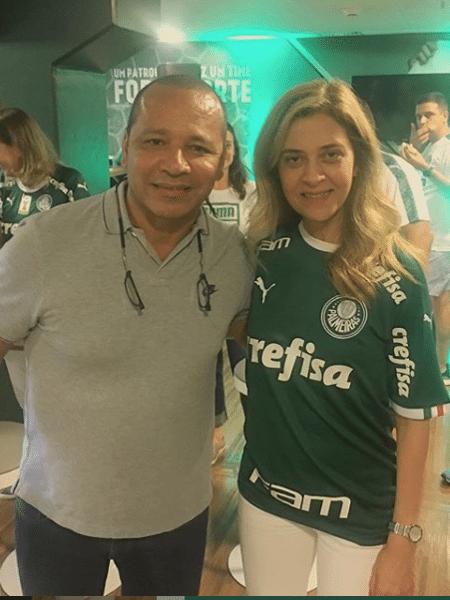 Pai de Neymar posa ao lado de Leila Pereira em camarote da Crefisa - Reprodução