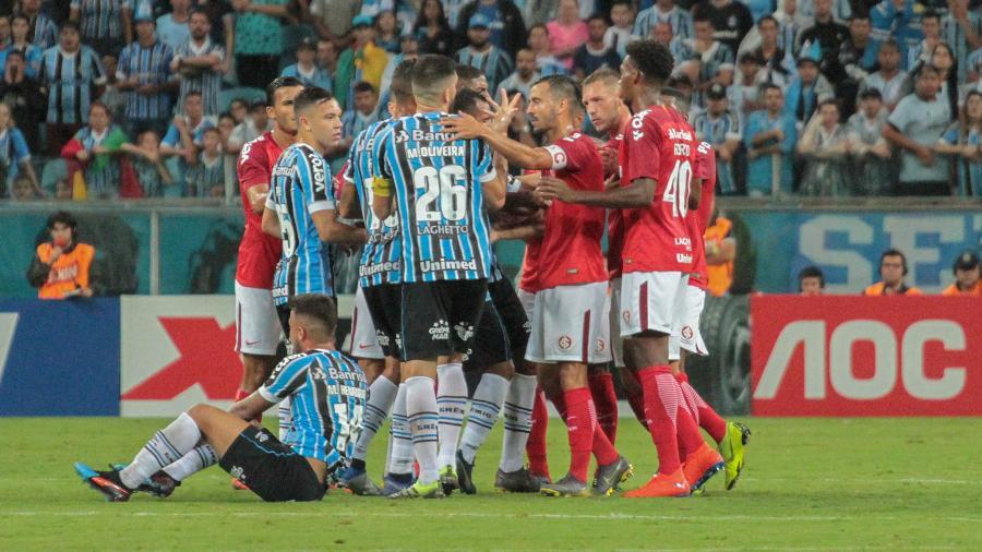 Jogadores de Grêmio e Inter após falta que gerou expulsão de Nonato, no primeiro tempo  - Lucas Sabino/Agif