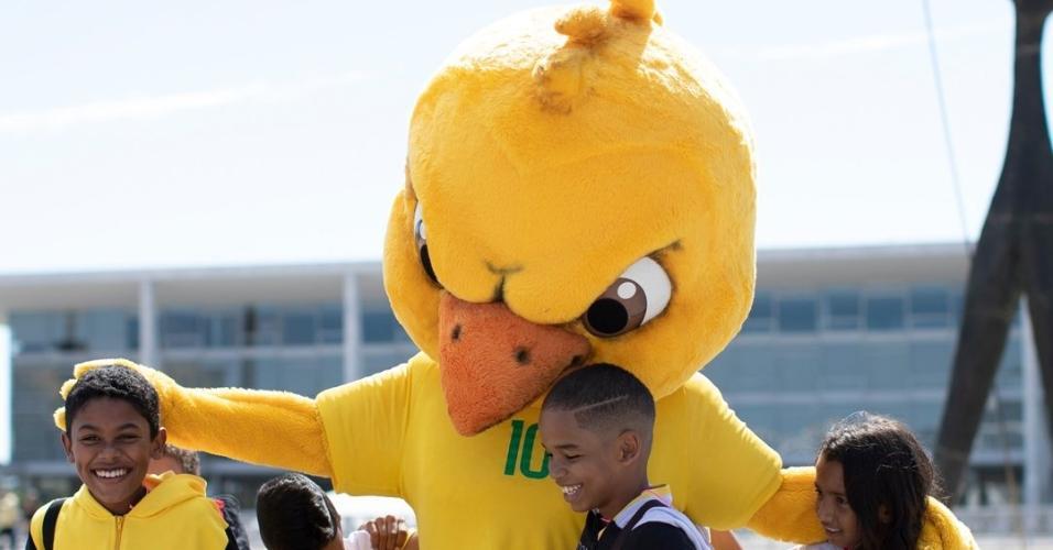 Canarinho Pistola crianças caminhada Brasília