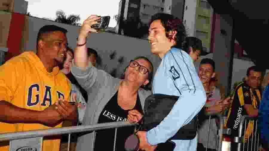 Cavani interage com torcedores brasileiros; gestos viralizaram duas vezes nesta Copa América - Divulgação/@Uruguay