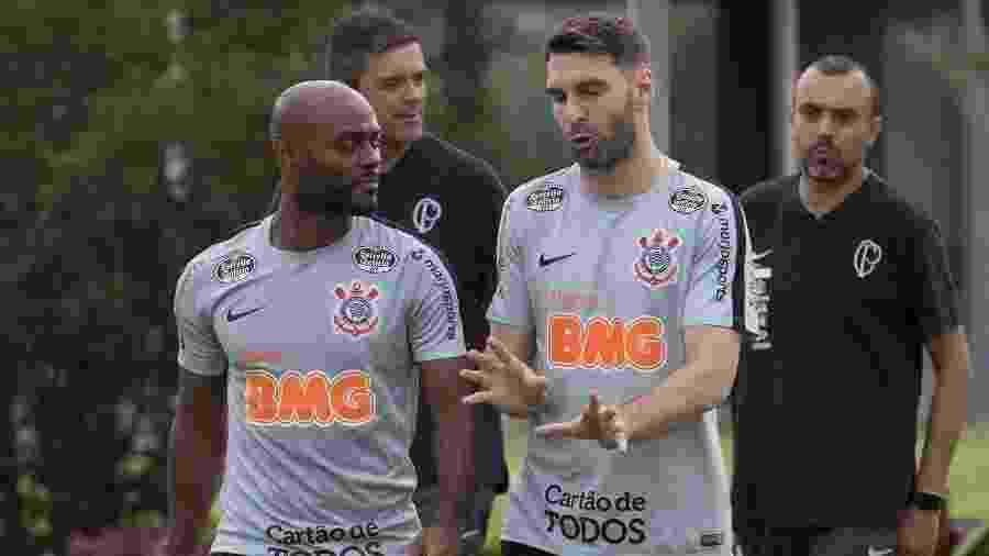 Atacantes Vagner Love e Boselli conversam antes de treinamento do Corinthians - Daniel Augusto Jr/Ag. Corinthians