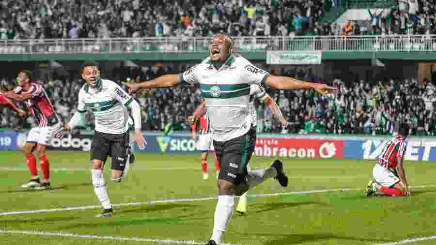 Sabino, jogador do Coritiba, comemora seu gol durante partida contra o Botafogo-SP pelo campeonato Brasileiro B - Gabriel Machado/AGIF