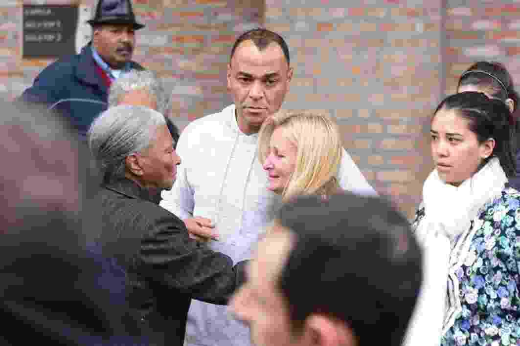 Cafu conforta a mulher, Regina, no velório de Danilo Feliciano de Morais, filho do casal, no cemitério Memorial Parque Paulista, em Embu das Artes (SP) - Leo Franco/Agnews