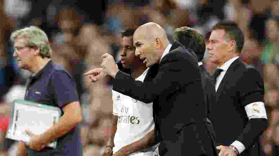 Zidane conversa com Rodrygo antes de o brasileiro entrar em campo pelo Real Madrid - ANP Sport/Getty Images