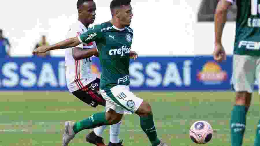 Gabriel Menino em ação durante partida do Palmeiras contra o São Paulo - Rebeca Reis/AGIF
