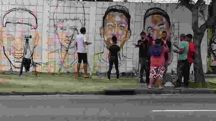 Torcedores do Flamengo pintam muro no Maracanã com imagens dos Garotos do Ninho  - Leo Burlá / UOL - Leo Burlá / UOL