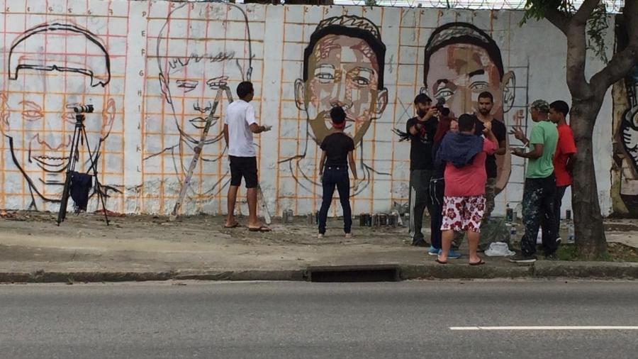 Torcedores do Flamengo pintam muro no Maracanã com imagens dos Garotos do Ninho  - Leo Burlá / UOL