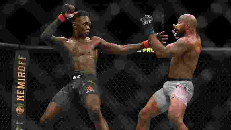 Israel Adesanya acerta golpe em Yoel Romero, no UFC 248 - Harry How/AFP