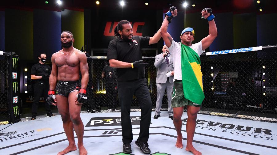 Gilbert Durinho após vitória sobre Tyron Woodley no UFC - Getty Images