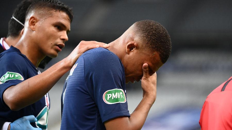 Kylian Mbappé saiu chorando de campo após receber carrinho violento de Perrin - FRANCK FIFE / AFP