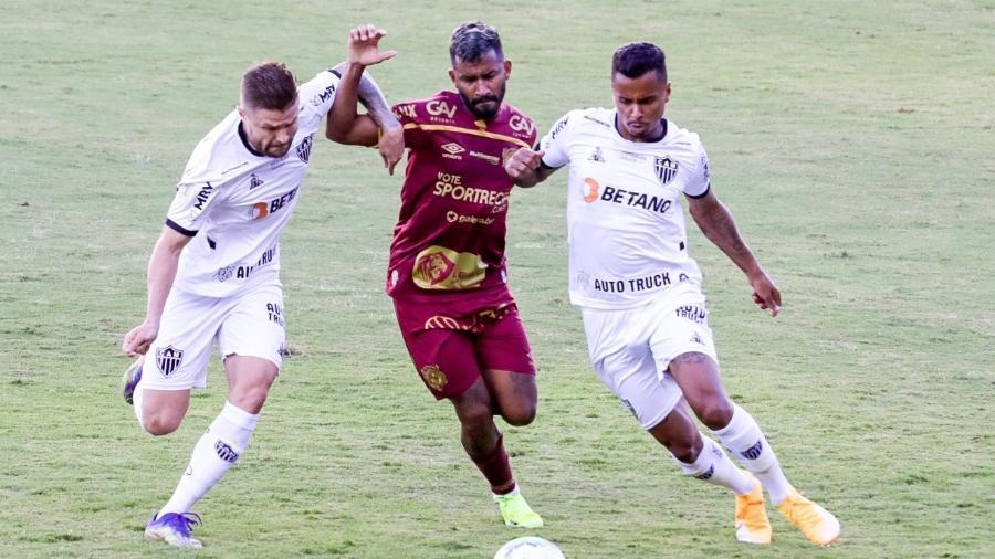 Marquinhos, do Sport, disputa bola com jogadores do Atlético-MG - Rafael Vieira/Rafael Vieira/AGIF