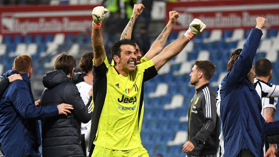Buffon comemora o título da Copa da Itália pela Juventus - ALBERTO LINGRIA/REUTERS