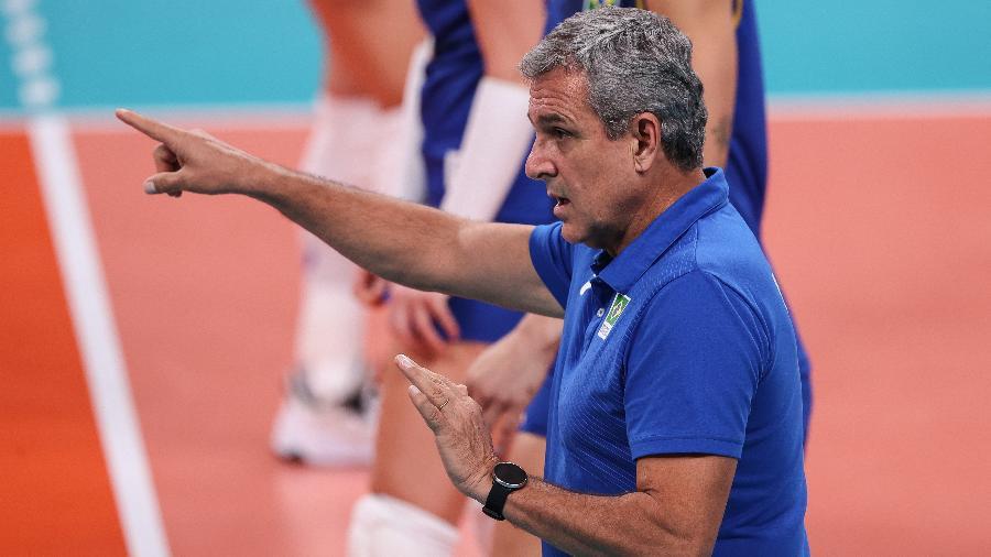 José Roberto Guimarães, técnico da seleção feminina de vôlei de vôlei, dá instruções em jogo contra a Sérvia, nas Olimpíadas de Tóquio - Wander Roberto/COB