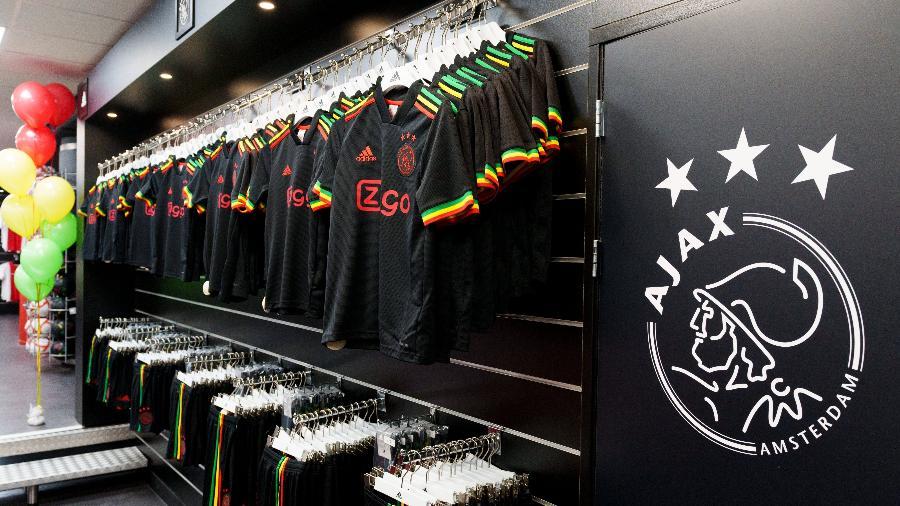 """Terceira camisa do Ajax na temporada 2021-22, homenagem do clube à música """"Three Little Birds"""", de Bob Marley - Divulgação/Ajax"""
