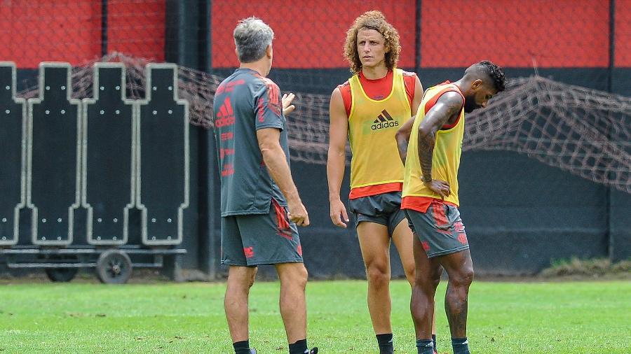Renato Gaúcho dá instruções a David Luiz, Rodinei ao lado, treino do Flamengo - Marcelo Cortes/CRF