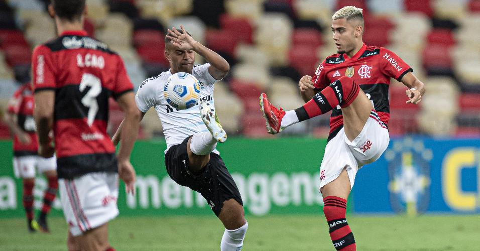 Andreas Pereira e Alisson disputam a bola na partida entre Flamengo e Grêmio, no Maracanã