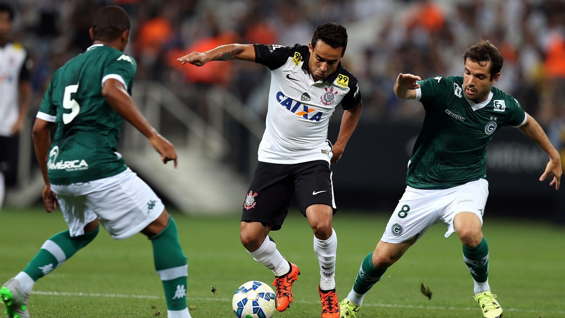 Jadson, do Corinhtians, disputa bola com jogadores do Goiás na Arena Corinthians em partida pela 30ª rodada do Campeonato Brasileiro