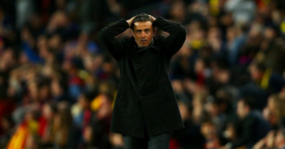 Luis Enrique, técnico do Barcelona, leva as mãos à cabeça durante o clássico contra o Real Madrid