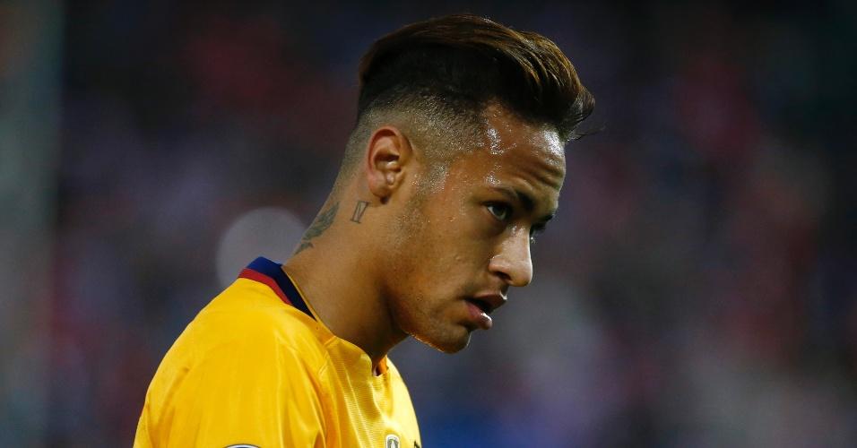 Neymar observa cabisbaixo durante o jogo entre Barcelona e Atlético de Madri pela Liga dos Campeões