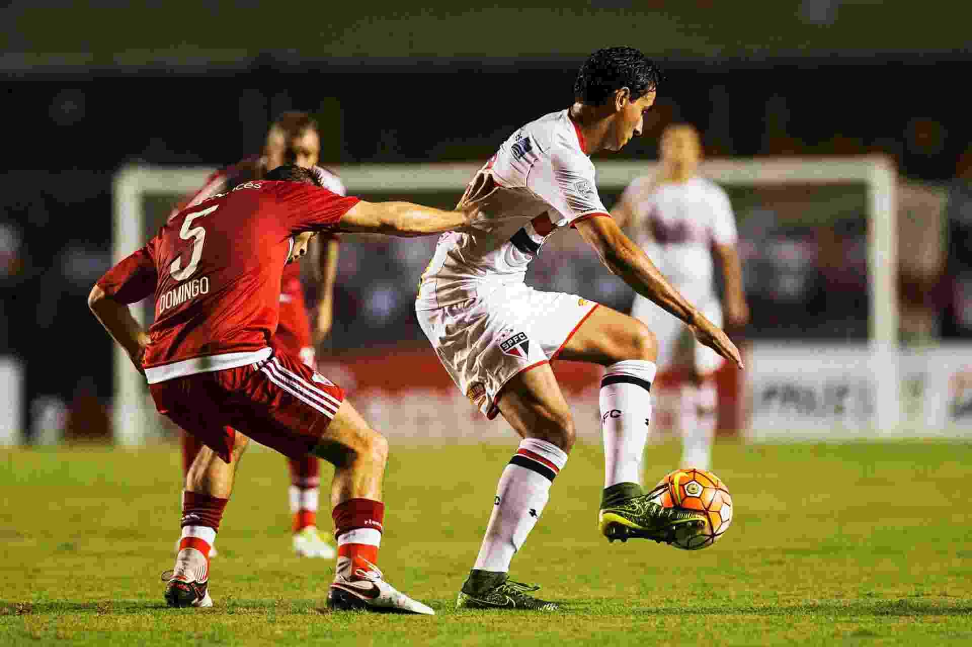 Paulo Henrique Ganso carrega a bola para o São Paulo no jogo contra o River Plate, na Libertadores - Eduardo Knapp/Folhapress