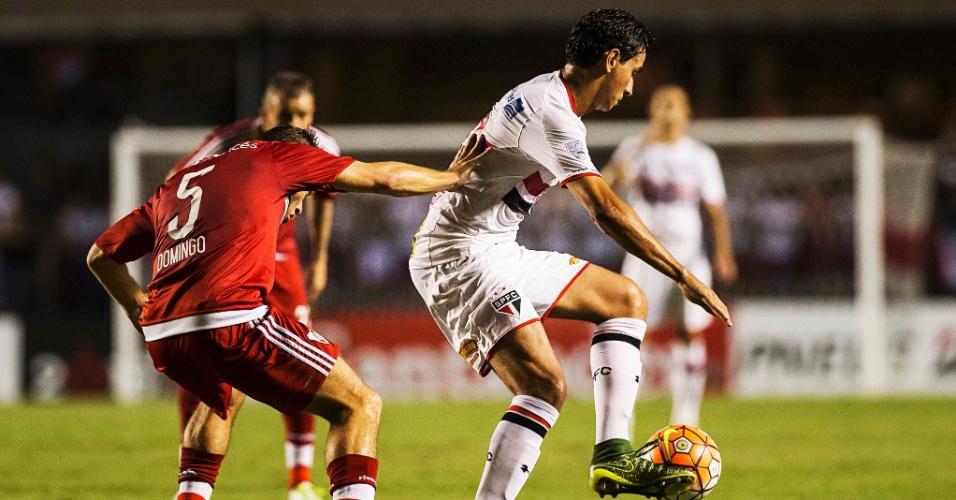 Paulo Henrique Ganso carrega a bola para o São Paulo no jogo contra o River Plate, na Libertadores