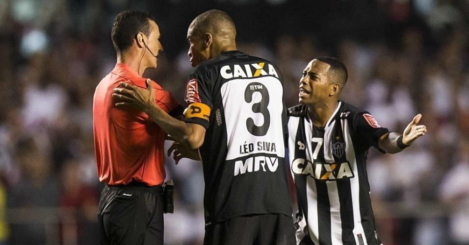 Capitão do Atlético-MG, Leonardo Silva conversa com o árbitro Wilmar Roldán durante partida contra o São Paulo pela Libertadores