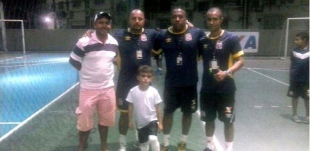 Lucas Gabriel no dia do teste em São Januário com os treinadores e o pai Geokleber
