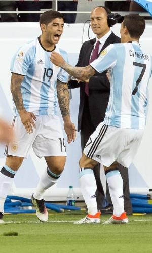 Banega e Di María comemoram gol marcado pela Argentina sobre o Chile na Copa América