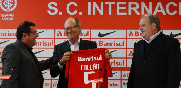 Paulo Roberto Falcão tem contrato com o Internacional até o meio do ano que vem